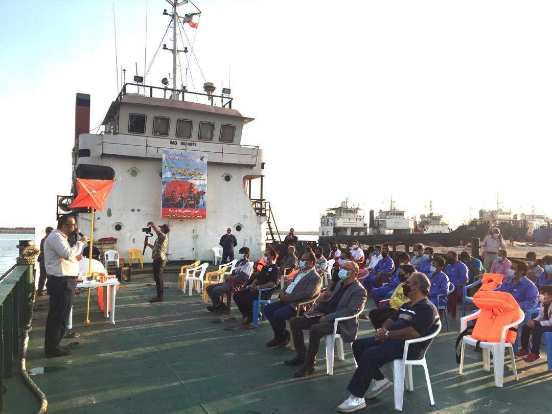خبرنگاران مانور آموزشی بقا در دریا در بندر دیر برگزار گشت