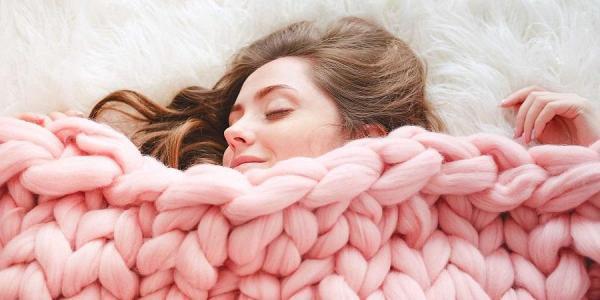 بلایی که خوابیدن با لباس گرم سر بدنتان می آورد